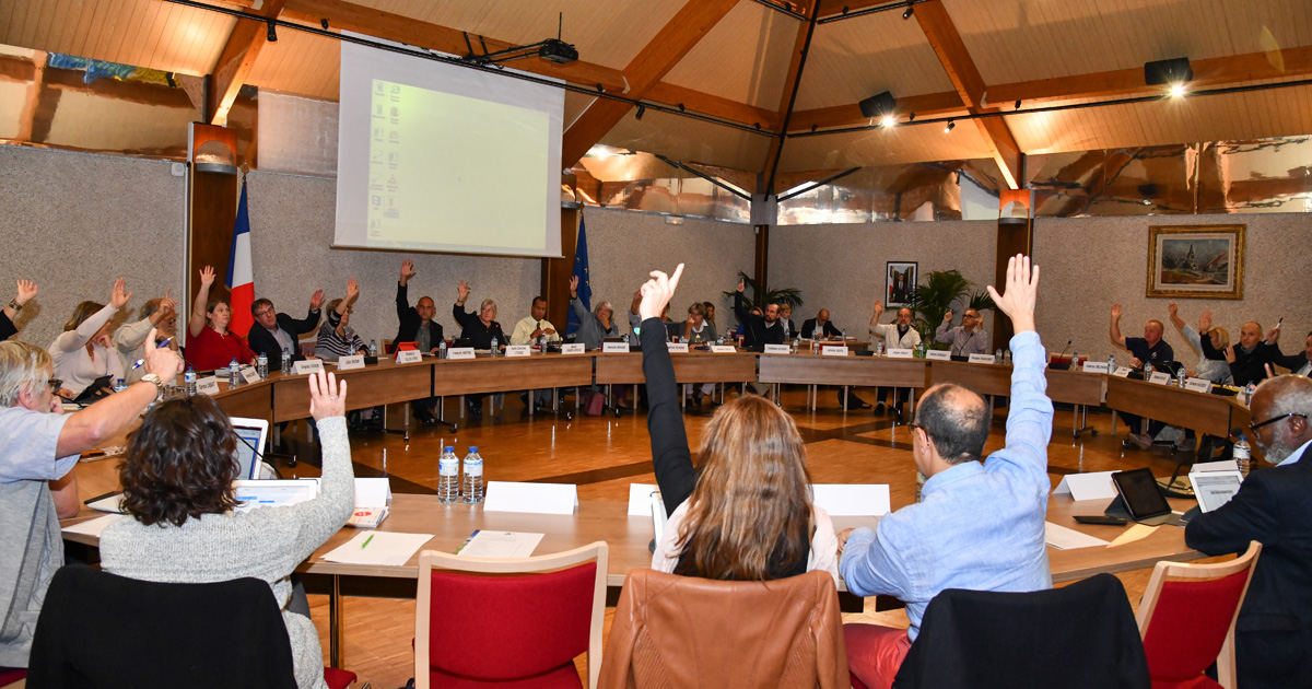 Conseil municipal mains levées vote budget