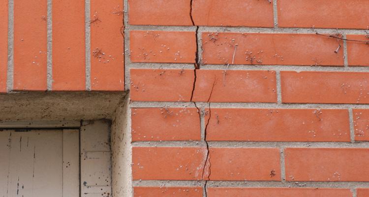 fissures dans mur en brique