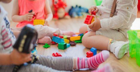 enfant jouant par terre