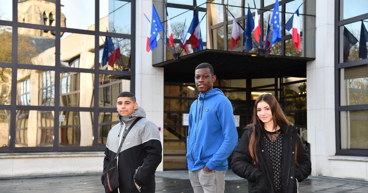Stagiaires devant hôtel de Ville