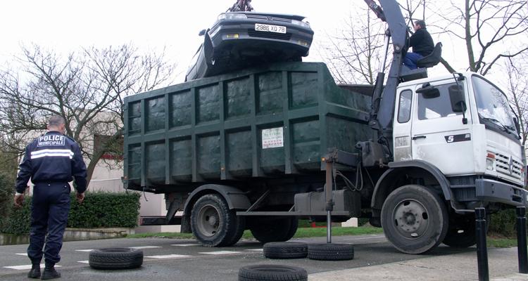 Rammassage épave dans camion benne + policier