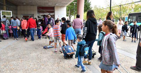 Enfants rentrant à l'école