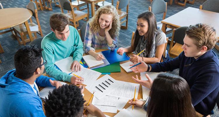 écoliers autour d'une table
