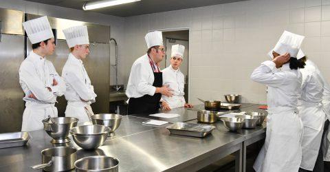 Lycée hôtelier, éleves en cuisine