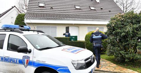 Policier municipaux vérifiant une maison