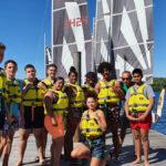 Jeunes en sortie sur un bateau