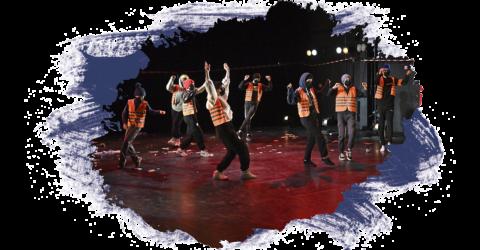 Un groupe d'adolescents vêtus de gilets oranges et de bonnets de laine lève les bras comme pour une arrestation.
